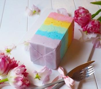テーブルがファンタジックに華やぐドリーミーな虹色アイス。こちらも牛乳パックで簡単に作れるのが魅力的♪