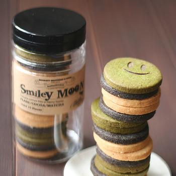ちょっとしたプレゼントをして相手が笑顔になってくれたら。 そんな場面が想像できるSmily Moonは、Cream Sandiesに使用しているクッキーから生まれました。