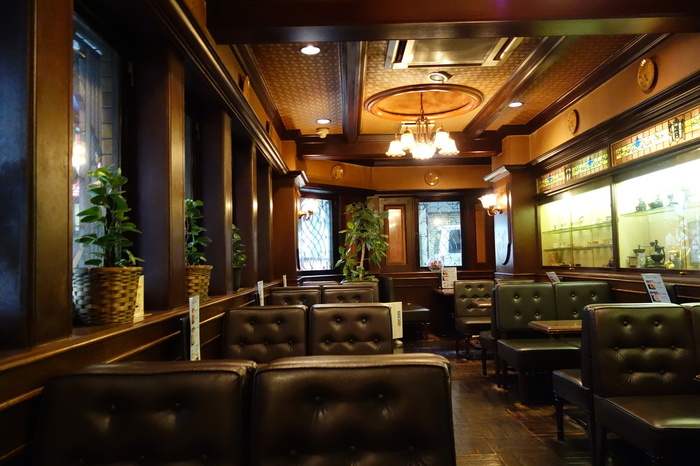 昭和9年創業。まだまだ「珈琲」が貴重でハイカラだった昭和初期から、変わらぬ味と香りにこだわりを持ち、今もその味を受け継いでいる「丸福珈琲店」。  大阪・千日前に構える本店の室内は、まさに昭和が誇るレトロモダンの空間。「喫茶店」と呼ぶに相応しいお店です。