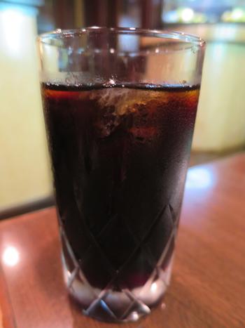 丸福のアイスコーヒーは、濃厚な味わいが特徴。後からシロップを加えて風味が損なわれないために、あらかじめ加糖と無糖が選べるようになっています。