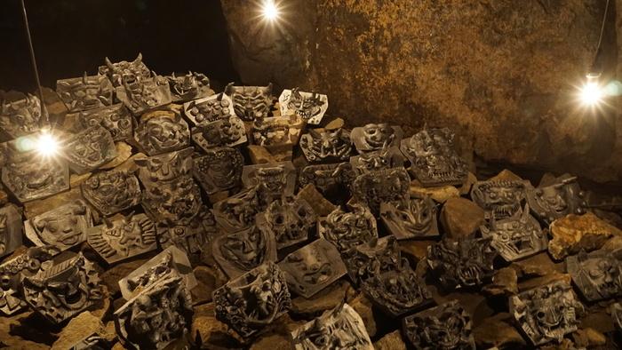 女木島にある広さ4000㎡、奥行き400mの洞窟内を桃太郎伝説になぞらえて、「鬼ヶ島洞窟」と名付けられました。 みなさんも鬼ヶ島洞窟へ鬼退治に行ってみませんか?中ではたくさんの鬼たちが待ちかまえていますよ。