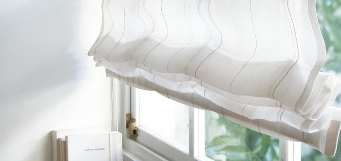 窓際にオーダーメイドのシェードはいかがですか?日差しが強い時には優しく室内の光を調整してくれます。こちらは軽やかなレース素材、お部屋の雰囲気に合わせて柄もいろいろ選ぶことができますよ。