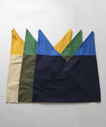 通常広げてみると三角形の布同士を重ね合わせたようなシンプルなシルエットをしています。それにあまりシワになりにくいところも◎!