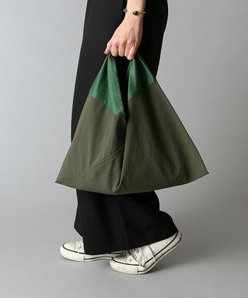 モノトーンのお洋服のときには、2トーン配色の美しい「あづまバッグ」を取り入れて。おしゃれで新しい小物使いです。