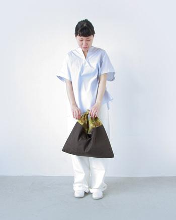 大人っぽい上品なホワイトのワントーンコーデに、ピリリとスパイスの効いたカモフラ柄「あづまバッグ」をどうぞ。