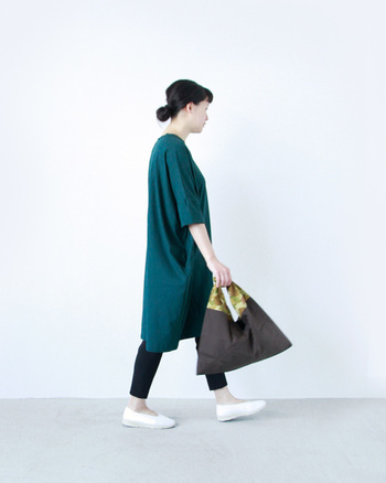 カモフラ柄の持ち手がスタイリッシュな「あづまバッグ」。ちょっぴりおしゃれして、どこかお出かけするときのお供に連れて行ってあげてくださいね。