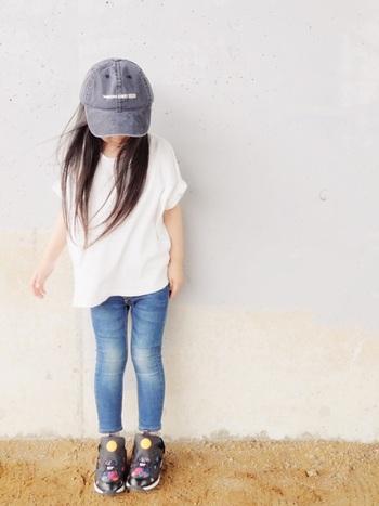 白Tシャツにスキニージーンズ、ボリュームのあるスニーカーが好バランス。L.A.ガールを思わせるヘルシーなスタイルに、ユーズド風に加工されたキャップがしっくり馴染んでいます。