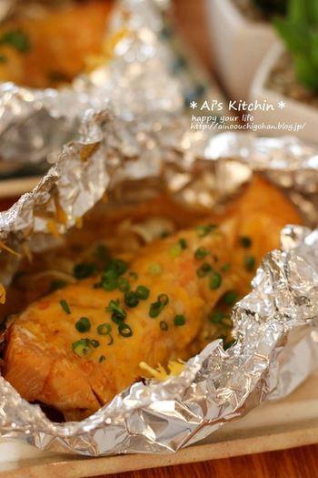 バーベキュー食材の玉ねぎやキャベツに鮭を加えてホイル焼きに。超簡単なのに美味しさバツグンです。