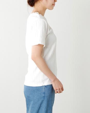 立体的なデザインのモノは、平織りの普通のTシャツよりも上品できれいなシルエットに仕上げてくれるので、すっきりと大人っぽい印象にしてくれます。