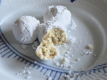 「くるみのクッキー」は、くるみがたっぷり!雪のような粉糖の中にかくれんぼして、あなたに探し出してもらえるのを待っています。サクサクと優しい歯ごたえで、あっと言う間に、お口の中で溶けて無くなります。「チョコくるみクッキー」も人気です♪