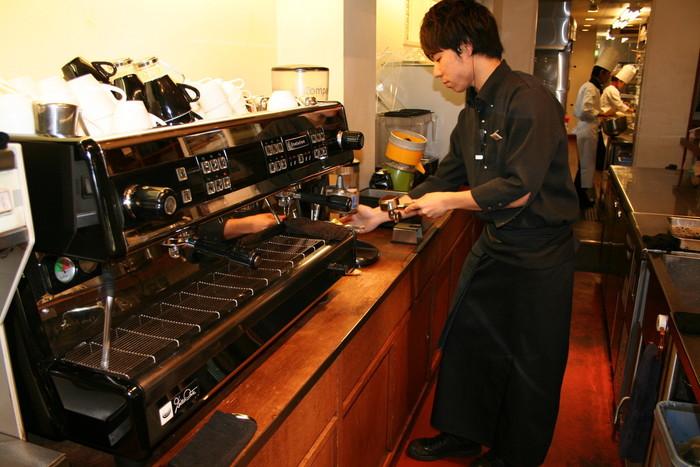 小川珈琲では、徹底した品質管理、バリスタの育成、競技会への参加など、各自ブラッシュアップを図って、珈琲職人としての技を磨いています。  また、コーヒーの淹れ方教室やラテアートの体験レッスンなど、多くの人にコーヒーの良さを知ってもらうための活動も盛ん。興味のある方はチェックしてみてくださいね。