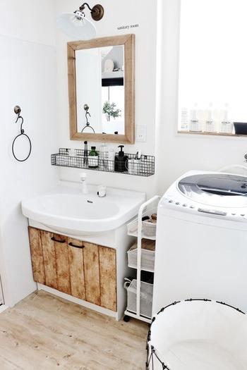 洗面台に置くと、水濡れも気になるのでこの方法なら安心ですね。洗面台や窓辺に置く方も多いと思いますが、こうするとスッキリ。ごちゃごちゃしがちなアイテムをひとまとめにして、使いやすさも抜群です。