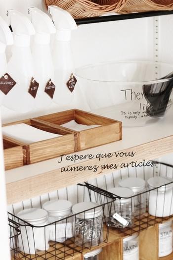 洗面所に収納するお掃除アイテムは、使いたいときに、すぐに取り出せるよう、使い勝手を考えた収納が基本です。たとえば、お掃除用のシートは袋から出して木箱に入れておけば、片手ですいっと取り出せます。  スポンジや重曹は、アイテム別に瓶に入れて。ほとんどのアイテムが100円ショップで買えるなんて驚きです。