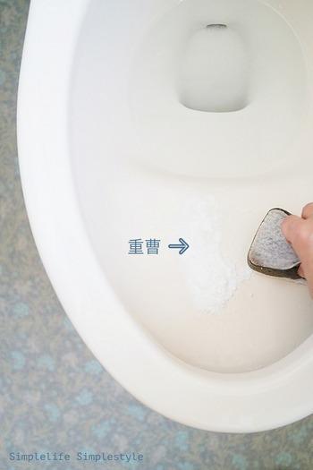 先ほど、お風呂のつけ置き洗いでご紹介した重曹は、トイレ掃除にも良いんです。便器に直接重曹を振りかけ、食器用洗剤でこするだけ。  トイレ専用ブラシを使わない分、こまめに掃除しようという気持ちになりますよね。ブラシでは届かなかった隅までスポンジでこすれてキレイさを実感できます。