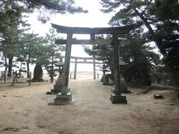 女木港から鬼ヶ島大洞窟へ向かう途中の豊浦地区に鎮座する神社。太鼓台が海に入る「あばれ太鼓」という珍しい祭りが2年に一度開かれています。