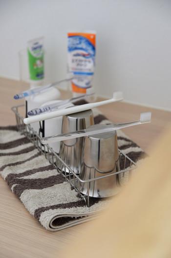 夜の歯磨きが終わったら、ラックごと外に出し、タオルの上に置いて乾かしておけば完璧です。ラックだから水気がたまることもないので、翌朝にすっきり乾いて清潔です。