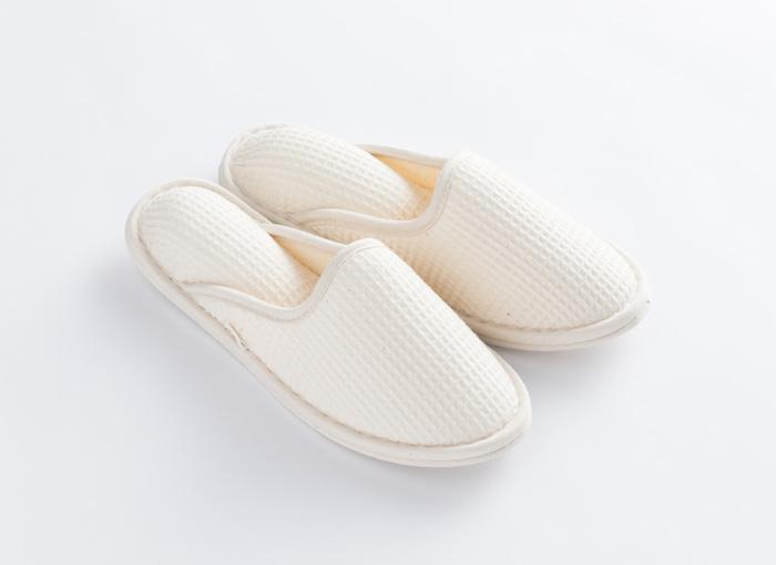 こちらはお風呂上がりに素足で履いて気持ちの良いスリッパです。お風呂上がり専用にしたくなる吸水性の高さが魅力♪湿った足の裏の水分を吸収してくれてクッションのようにふわっとリラックスできますよ。それに洗濯もできるからいつでも清潔!