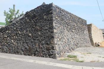 女木島特有の景観「オーテ」。この石垣は冬の季節風から家を守るために高く築かれたもので、中に入るとまるで迷路の中に迷い込んでしまったよう。