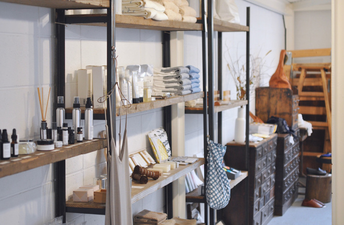 SyuRoでは、体にやさしい、アロマを使用した商品開発と販売の他、店舗のディスプレイやスタイリングなどの企画も行っています。独特の感性が光るデザインとディスプレイが素敵ですね。