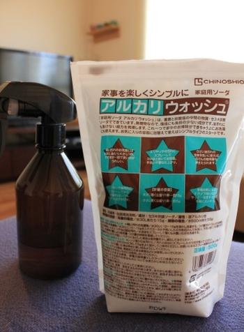 重曹と炭酸塩の中間の物質であるセスキ炭酸ソーダは、環境にも負担の少ない成分です。手垢や油汚れにも効果を発揮し、なおかつ安全性も高いので、家中の掃除に安心して使えます。