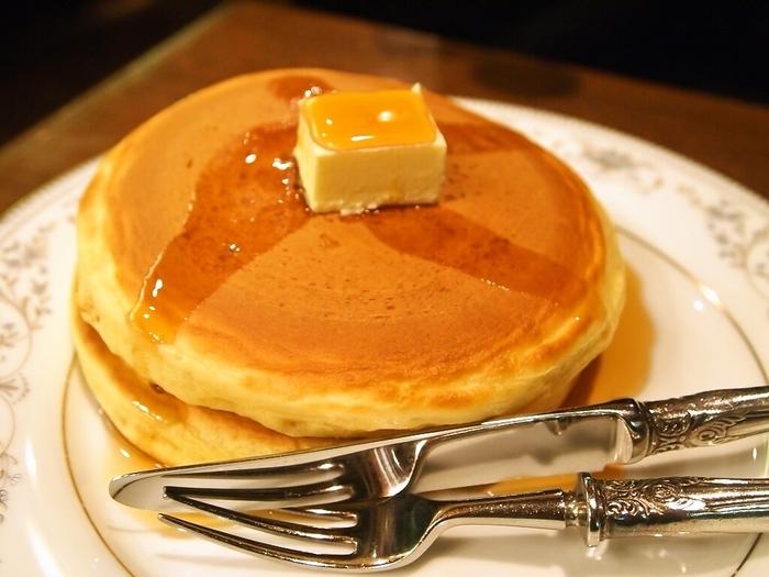 バターにメイプルシロップをかけたシンプルなホットケーキ。レトロな店内で頂くホットケーキは、懐かしさでほっこり♪