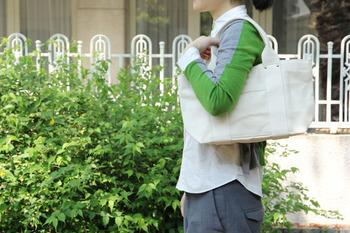 帆布のバッグはラフな手触りと丈夫さが魅力的なバッグのひとつです。帆布らしい風情を楽しむために、明るい色味のものが多いので、汚れも目立ちやすくなっています。