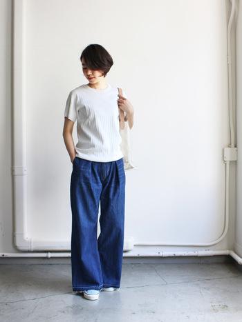 立体的なプリーツが施されたフラットな印象のTシャツ×程良いゆとりが大人の雰囲気を醸し出すデニム。シンプルで洗練された質感は一味違う大人のサマースタイルを実現してくれます。