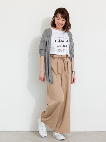 Tシャツ×ワイドパンツの大人のリラックスコーデ。ロング丈のカーディガンで気になるお尻をカバーしつつ、紫外線対策もばっちりです◎