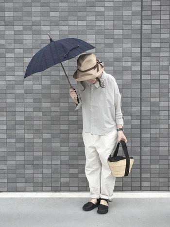 シンプルな日傘はどんなファッションにも合うので、使いやすいのが嬉しいですね。日傘に合わせて、小物も黒を選ぶとまとまりのあるコーデに仕上がります。