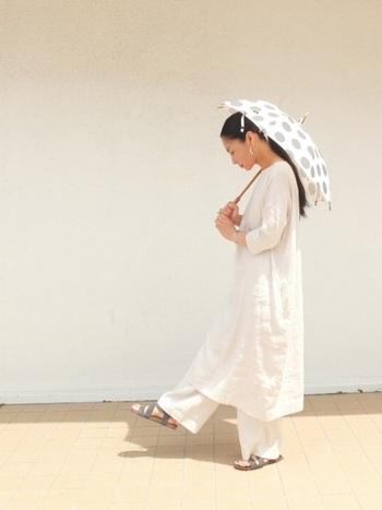 水玉柄の日傘は、白のワントーンコーデで爽やかに。ファッションをシンプルにすると、その分日傘の可愛らしさが引き立ちます。