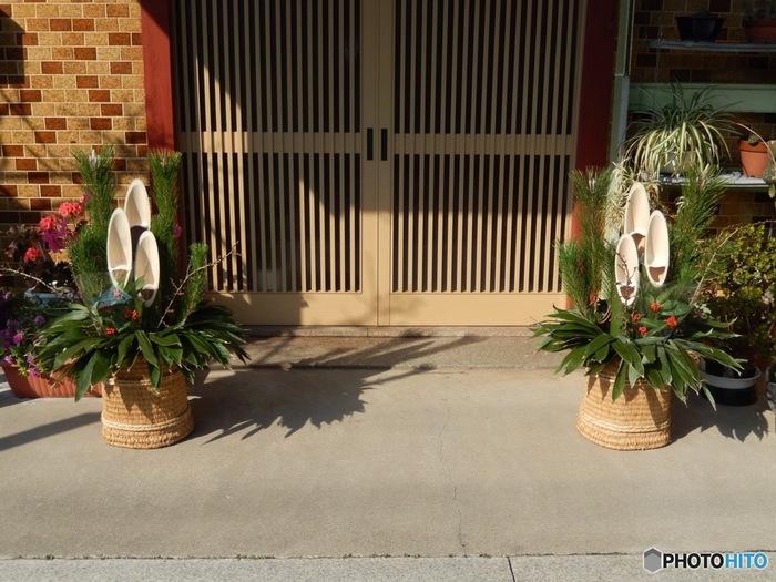 本来、門松には縁起が良いとされる松・竹・梅の3種類の植物を組合せて設えます。最近ではドアの片側だけに置くような1体だけのものも見かけますが、新年のお祝いらしい本格的で豪華な門松は、今でも人気があります。