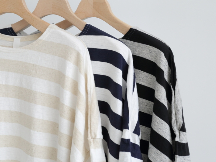 夏を快適にといえば、やはりTシャツ。ゆるめに撚った糸で編まれた天竺は、柔らかくて見た目も着心地も◎。綿に麻の混紡なのも嬉しいポイントです。