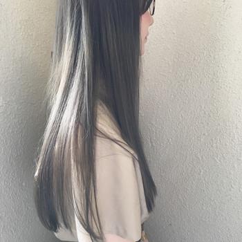 さらさらロングのアッシュグレーヘア。透明感カラーは光にあたった時に、髪の毛をより美しく見せてくれます。イノセントな雰囲気が魅力的なヘアスタイルです。