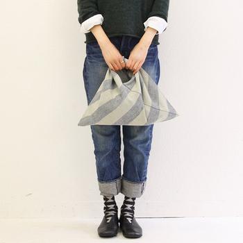 シャツ×デニムのデイリースタイルに。「あづまバッグ」を取り入れることで、また新鮮な着こなしが生まれます。