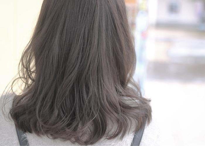 グレージュカラーで柔らかな印象のミディアムヘアー。毛先を巻いてスタイリングすれば毛先が揺れ動いてよりふわりとした透明感のあるスタイリングを楽しめます。