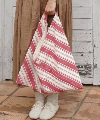 ナチュラルな風合いの「あづまバッグ」には、柔らかな雰囲気のレディライクなコーデを合わせるとおしゃれです。