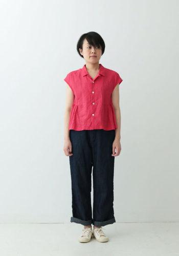 女性的なシルエットとカラーのシャツは、なんだか惹かれてしまいますよね。コーデは、だぼだぼパンツにスニーカーでバランスを取って。