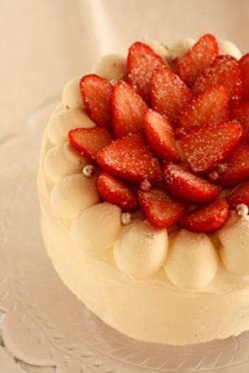 真っ白なクリームにあしらわれた赤いいちごに、気持ちが華やぐ★日本でケーキといえば、ストロベリーショートケーキを思い浮かべる方が多いかも。 こんなに素敵なケーキも、土台となるスポンジケーキを購入しておけば、デコレーションの手間だけで作れるのです♪
