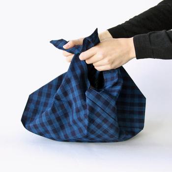 三角形の部分をキュッと結ぶとバッグに早変わり!持ち手の長さを調整することもできて、ときにはショルダーにも、またトートにもなるところもいいですね。