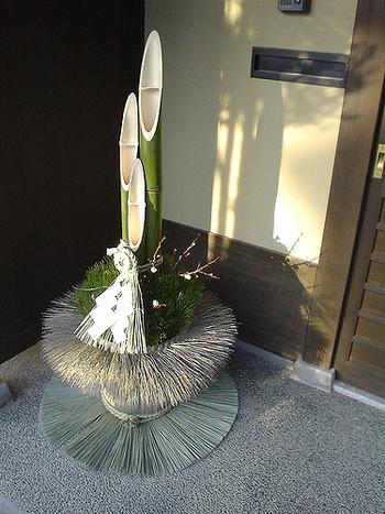 最近では、竹と松だけのシンプルでスタイリッシュな門松も多く見かけるようになりました。玄関先を飾る門松は、シンプルなデザインでも、存在感があります。
