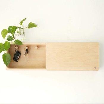 天然木を使用した、シンプルで無駄のないデザインの収納ボックス。アクセサリーを掛けるのにちょうど良いフックが付いています。