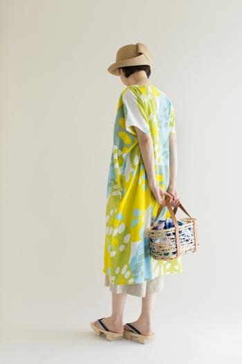 太陽を浴びた草花や真っ青な空と湖を感じさせるデザインが素敵なワンピース。思い切って「あづまバッグ」も華やかなテキスタイルのモノにして。デザイン×デザインも、とってもかわいい!