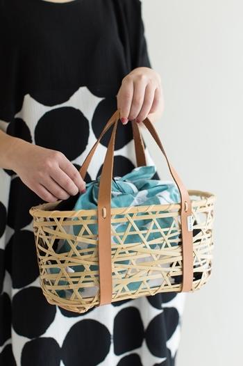 夏には大活躍するかごバッグのインナーバッグとしても素敵ですね。華やかなテキスタイルは、誰の目にも楽しさをくれるはず!