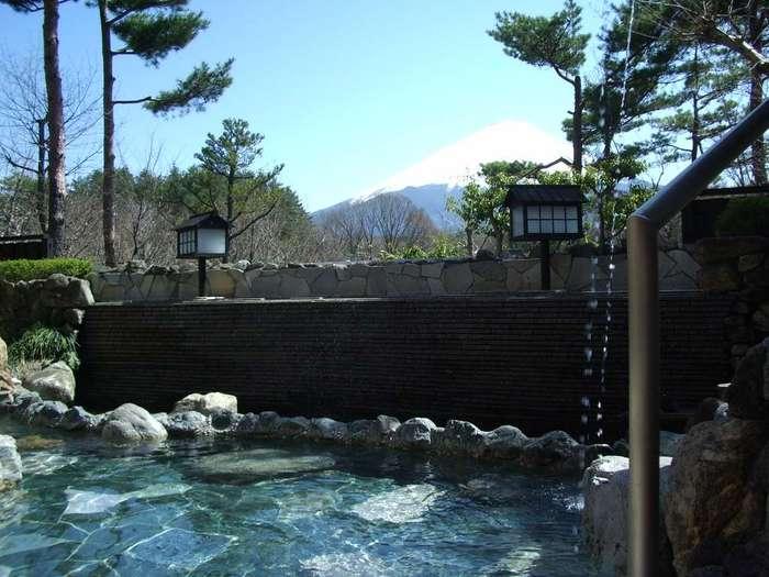 富士山の麓にある天然温泉の日帰り施設「富士眺望の湯ゆらり」は、天気がよければ富士山を眺めながら露天風呂を楽しめます!泉質は硫酸塩・塩化物泉(低張性弱アルカリ性低温泉)でしっとりツルツルのタマゴ肌に導いてくれます♪
