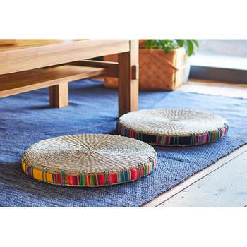 ■ひんやり気持ちいい「ござ」で作ったおざぶ おしゃれな座布団がほしい方は「丸ざぶ」を使ってみませんか?ござにエスニックテイストの生地を合わせて、カジュアルに仕上げています。  生地にいろんな色が使われているので、どんな色のラグにも合うのが良いですね。フローリングや畳に置くだけでもおしゃれに見えるると人気なんですよ。  天然素材はしゃりっとした感触が気持ちよく、快適な座り心地です。