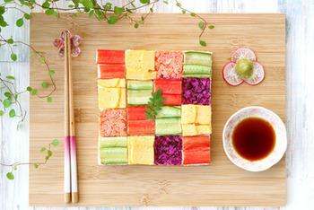 こちらは、押し寿司型を使ったモザイク寿司。カニカマはカニカマ、卵は卵、同一の具で押し寿司を作って分割し、あとからモザイク模様に組み上げる方法です。