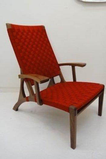 ■アクリル素材で汗ばんだ肌にも心地いい ちょっと低めの座面と落ち着いたワンレッドがステキな1人がけのソファです。ウォルナット材の肘掛や脚の柔らかな質感がやさしい雰囲気を醸し出しています。どの角度から見てもキレイなソファは、リビングのアクセントになりますね。  座面と背もたれは丈夫なアクリルテープなので、お手入れも楽ちんです。このソファに座ってお昼寝したら気持ちよく過ごせそう。