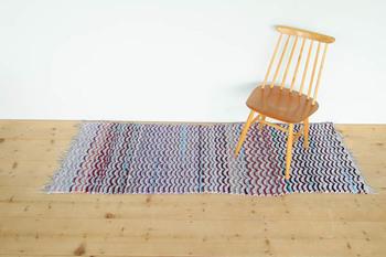 ■フィンランド製のヴィンテージラグ 味のある雰囲気を楽しみたい方は、ビンテージのラグがおすすめです。フィンランド製の「裂き織りマット」というもので、使わなくなったシーツや衣類などを、細く紐状に裂いたもので作られています。  ハンドメイドなので、オンリーワンのデザインが魅力です。温かみのあるラグで心地よい時間を過ごしてみませんか?