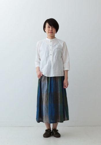 洗いざらしでもサマになる、白いフレンチリネンのプルオーバーは、1枚あれば色々と着回せそう。ギャザースカートとの相性もぴったりですね。