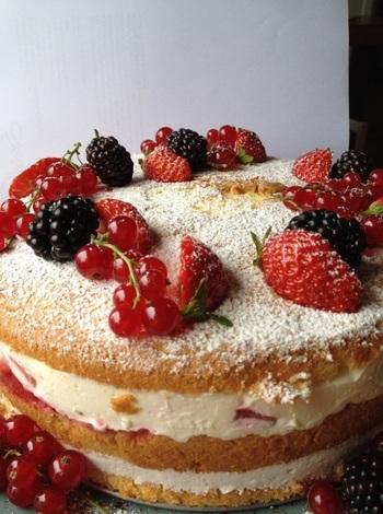 生クリームで表面を覆わず、あえてスポンジをむき出し(Naked)にしたデコレーションケーキを「ネイキッドケーキ」と呼びます。